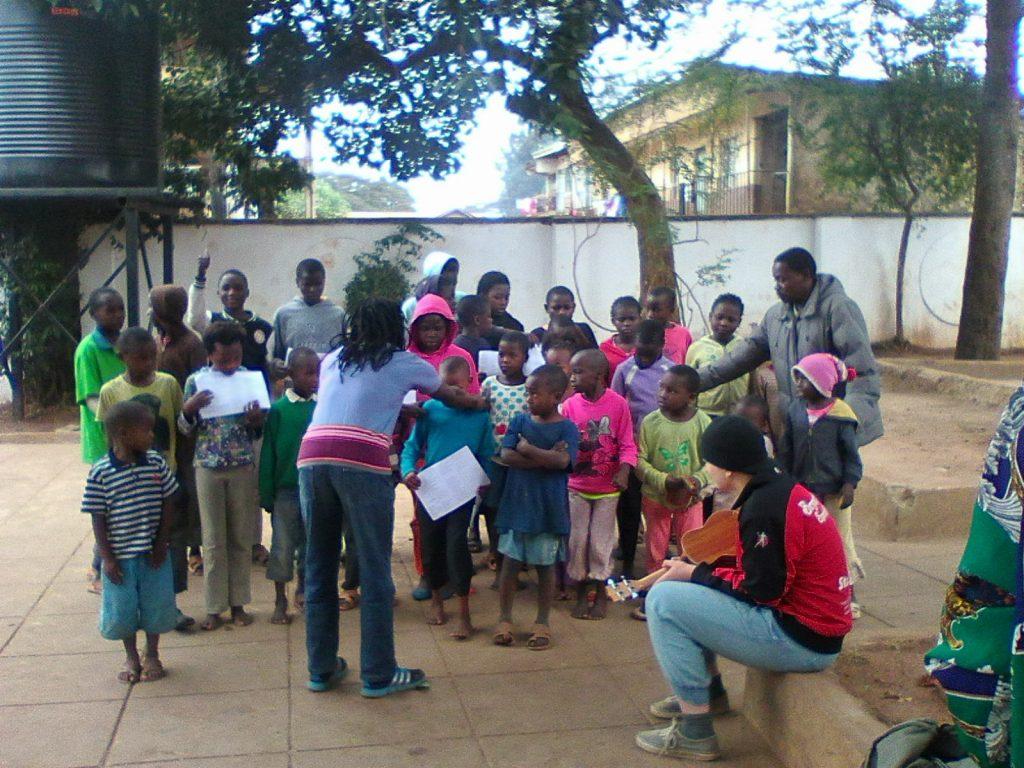 Børn som har glæde af M-Tafsiri Africas opsøgende undervisningsprogram.
